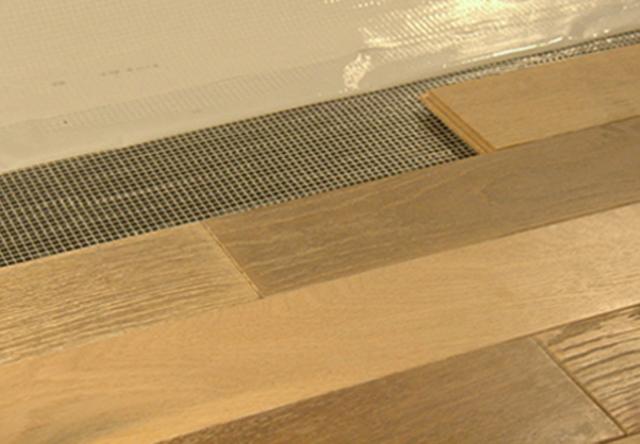 Posa pavimenti in legno installazione materassini per posa - Tappetino per parquet flottante ...